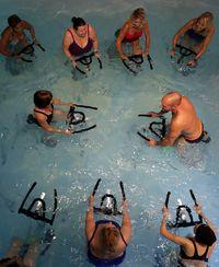 Ketika dilakukan di dalam air, gerakan-gerakan sederhana juga terasa lebih berat. Otot-otot ditantang untuk memaksimalkan tenaganya. Foto: Reuters