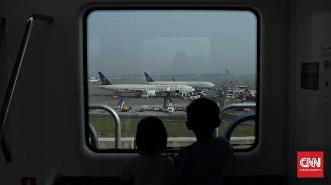 Sebelum ada Skytrain, penumpang biasanya pergi dari satu terminal ke terminal lainnya menggunakan shuttle bus dengan waktu tempuh 15-20 menit.(CNN Indonesia/ Hesti Rika)