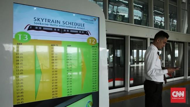 Sebagian besar penumpang yang menaiki Skytrain bandara Soetta terlihat hanya sekadar coba-coba, bukan karena kebutuhan untuk berpindah pesawat keterminal lain. (CNN Indonesia/ Hesti Rika)