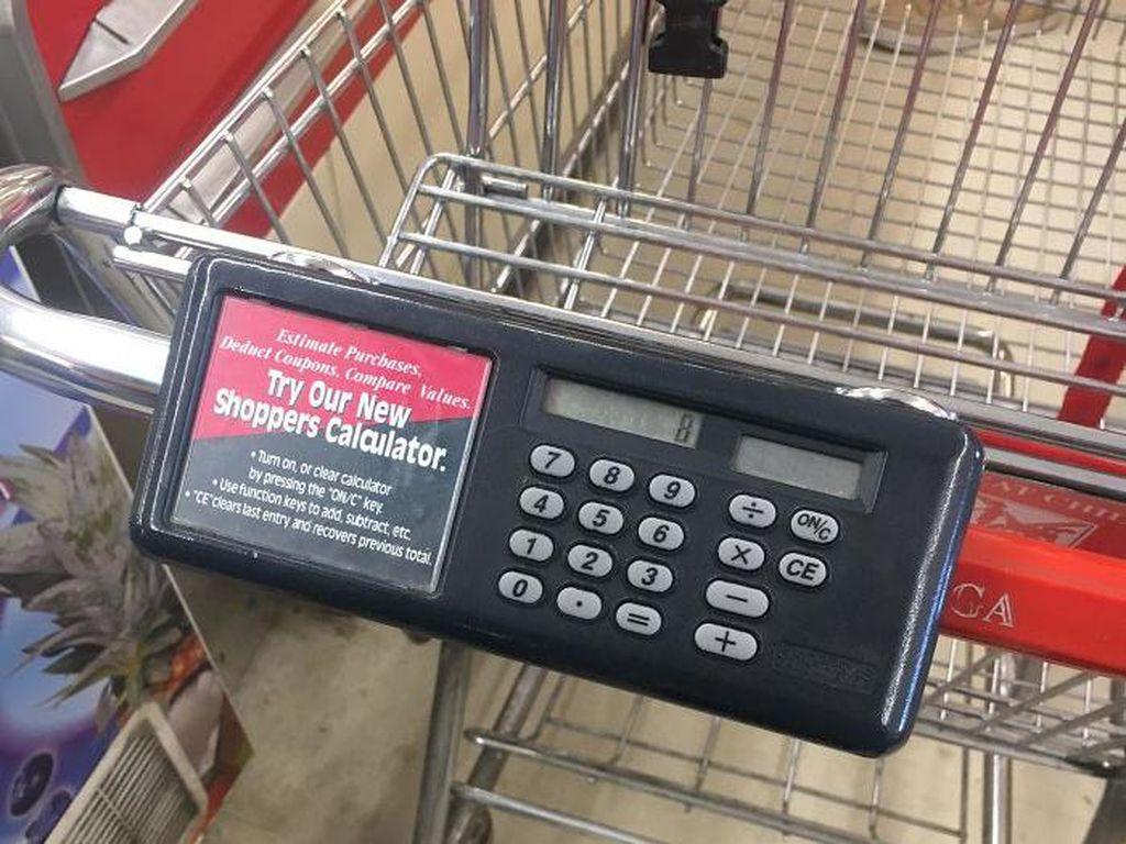 Khawatir belanja di luar budget? Sambil pilih barang, bisa hitung total belanjaan dengan kalkulator di troli ini.