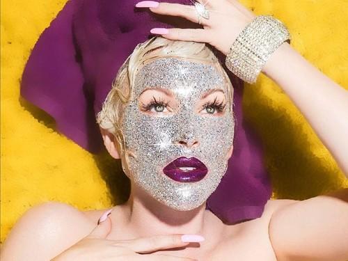 Wow, Masker Glitter Ini Buat Wajah Seperti Ditempel Ribuan Berlian