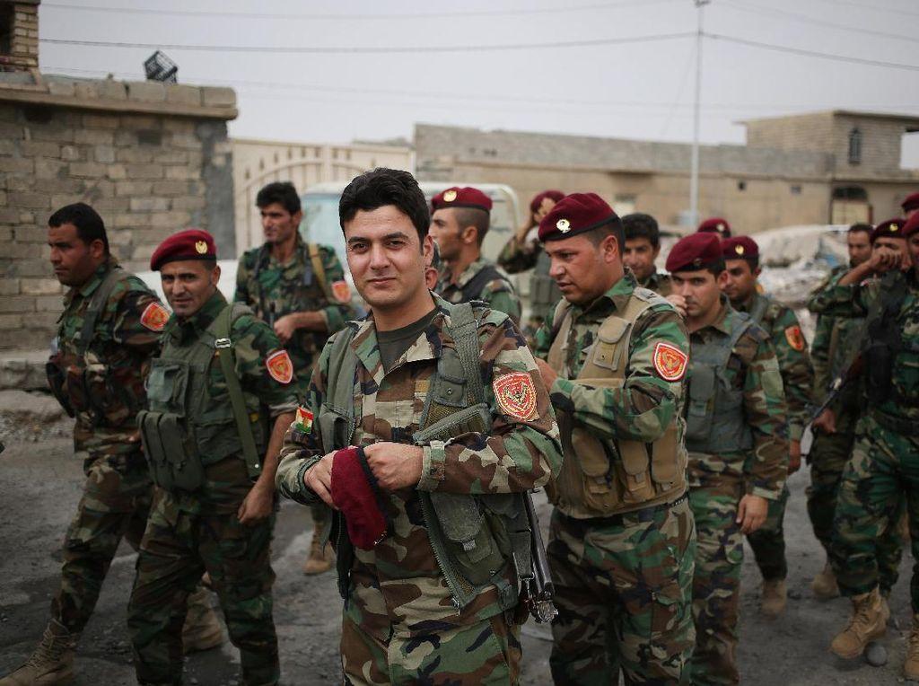 Tentara Peshmerga mendatangi tempat pemungutan suara di kawasan perbatasan Kurdi selama referendum, di Sheikh Amir, Irak 25 September. (Marius Bosch/REUTERS)