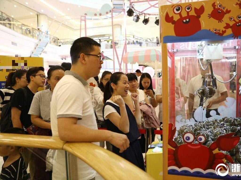 Beberapa waktu lalu di sebuah mal daerah Hangzhou, China ada claw machine atau mesin capit yang unik. Claw machine spesial ini tidak berisi boneka, melainkan kepiting hidup! Foto: Istimewa