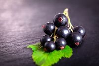 Ahli gizi Dr Sarah Schenker menuturkan buah dan sayuran berwarna ungu seperti blackcurrant, rasberry, terong, blueberry dan buat bit mengandung anthocyanin yang membantu meregangkan pembuluh darah serta meningkatkan aliran darah. Foto: Thinkstock