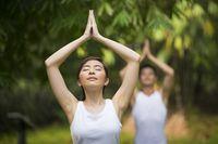 Pernapasan yang lambat dan melakukan meditasi seperti yoga dan tai chi akan menurunkan hormon stres kortisol yang dapat mengangkat renin, enzim dari ginjal yang meningkatkan tekanan darah. Lakukan latihan pernapasan selama 5 menit di pagi dan malam hari. Tarik napas dalam-dalam dan perluas perut. Buang napas dan lepaskan semua ketegangan. Foto: Thinkstock