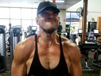 Merem sambil senyum, setidaknya orang ini senang berolahraga (Foto: Instagram/komplete_fitness_coaching)