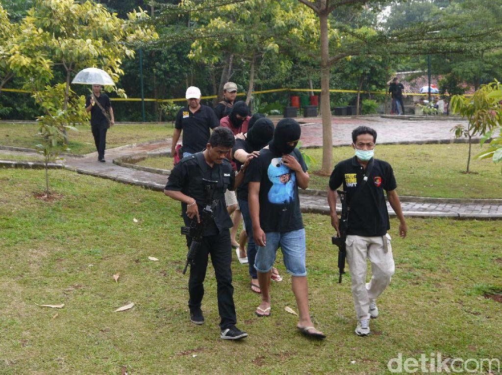 Selanjutnya, baik tersangka maupun korban serta peserta duel lainnya langsung menuju lokasi duel yang berada di pojok Taman Palupuh.