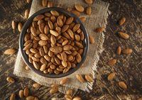 Tiap 100 gram atau setengah cangkir kacang almond mengandung 25 mg vitamin E. Kebutuhan harian Anda untuk vitamin E adalah 15 mg. Sekarang, bayangkan jika Anda mengonsumsi secangkir almond artinya lebih dari tiga kali kebutuhan harian Anda. Ini mungkin baik-baik saja dan mungkin tidak menunjukkan efek samping jika tidak dilengkapi dengan sumber vitamin lain, seperti telur, biji-bijian dan bayam. Namun, jika memang demikian, Anda bisa mengalami diare, kelemahan dan penglihatan yang kabur. Foto: Thinkstock