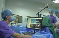 Tim dokter hanya mengawasi robot bekerja. Margin error pemasangan implan gigi oleh robot ini berkisar 0,2 sampai 0,3 mm, sama dengan margin error yang dimiliki oleh dokter gigi berpengalaman. (Foto: SCMP)