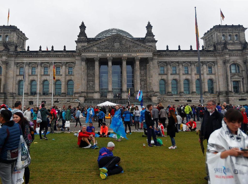 Orang-orang berkumpul di Reichstag (Gedung Parlemen) Jerman saat pemungutan suara federal di Berlin, 24 September 2017. (REUTERS/Hannibal Hanschke)