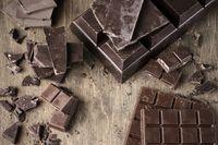 Dark chocolate mengandung flavanol yang membuat pembuluh darah menjadi lebih elastis. Pada sebuah penelitian, 18 persen pasien yang makan dark chocolate setiap hari mengalami penurunan tekanan darah. Sebaiknya konsumsi setengah ons dark chocolate setiap harinya tapi pastikan dark chocolate yang dimakan setidaknya mengandung 70 persen kakao. Foto: Thinkstock