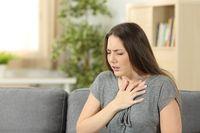 Efek samping ini terbatas pada asupan almond pahit atau mematikan. Meskipun terbukti efektif dalam menyembuhkan kejang dan rasa sakit, jika Anda mengonsumsinya secara berlebihan, hal itu dapat menyebabkan toksisitas di tubuh Anda. Ini karena mengandung asam hidrosianat, konsumsi berlebihan yang bisa menyebabkan masalah pernapasan, gangguan saraf, tersedak dan bahkan kematian. Foto: Thinkstock