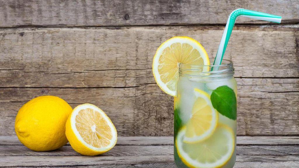 Karena Alasan Ini, Sebaiknya Jangan Taruh Irisan Lemon pada Minuman