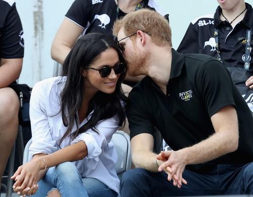 Alasan Pangeran Harry & Meghan Markle Boleh Pamer Kemesraan, William-Kate Tidak