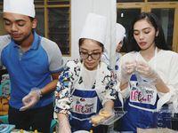 Potret Milka saat membantu acara buka puasa bersama dengan posko Dapur Iftar DPP Perempuan Amanat Nasional (PUAN). (Foto: instagram/milkanisa)