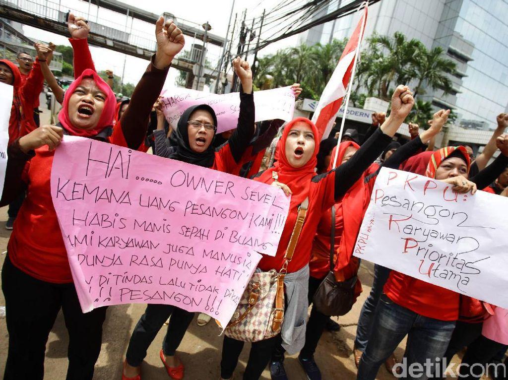 Para demonstran meneriakan tuntutannya di depan PT Modern Internasional Tbk (MDRN) selaku induk usaha dari PT Modern Sevel Indonesia (MSI).