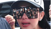 Selain fesyennya, Syahrini juga tampil unik dengan aksesori. Misalnya dengan kacamata super besarnya. (ANTARA FOTO/Fandi/Adm/ama/17)