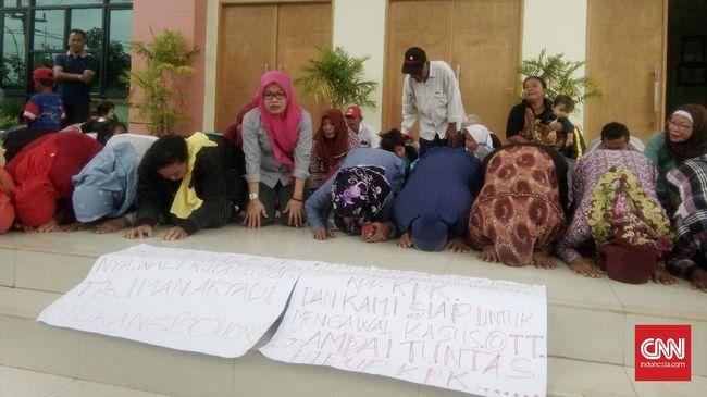 Warga Sujud Syukur Usai Penahanan Wali Kota  Cilegon