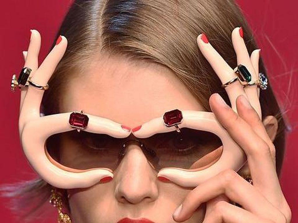 Aksesori Unik di Milan Fashion Week, Topi Super Lebar hingga Kacamata Jari