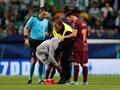 Lagi, Kaki Lionel Messi Dicium Suporter