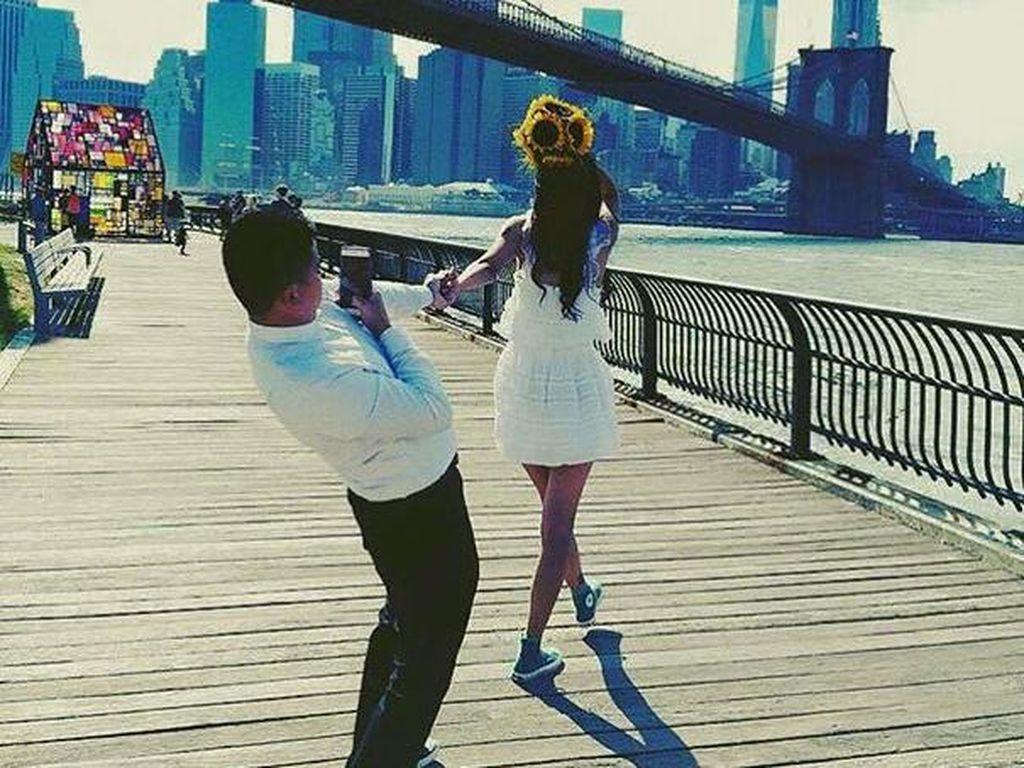 Deretan Foto Lucu Pengorbanan Para Pria Demi Pacar Eksis di Instagram