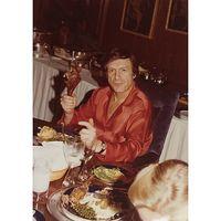 Meski memiliki hidup yang terbilang glamor, Hefner ternyata sangat mementingkan hidup sehat. Menurut beberapa sumber, salah satunya yang dikutip dari Haute Living, diet yang dipilih Hefner cukup sehat dan dengan memilih asupan makanan yang bernutrisi. Foto: Instagram/hughhefner