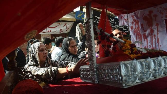 Masyarakat Syiah di Pakistan juga turut merayakan Asyura dengan turun ke jalan. Peringatan Asyura dihelat tepatnya di Kota Lahore. (AFP PHOTO/ARIF ALI)