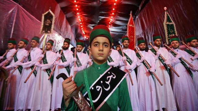 Penganut Syiah berkumpul di Kerbala, Irak, (30/9). Hari Asyura diperingati sebagai hari berkabung atas meninggalnya Husain bin Ali, cucu dari Nabi Muhammad pada Pertempuran Karbala tahun 61 Hijriah (680). (REUTERS/Abdullah Dhiaa Al-Deen)