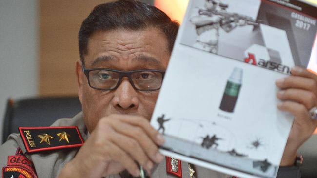 Tepis Tangan Wartawan, Kepala Brimob Tolak Jawab soal Senjata