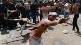 Penganut Syiah di India melakukan ritual menyiksa sendiri saat ambil bagian dalam prosesi keagamaan selama masa berkabung Asyura di New Delhi (1/10). (AFP PHOTO / SAJJAD HUSSAIN)