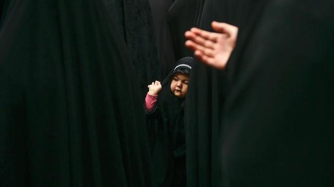 Perayaan Asyura tak hanya melibatkan orang tua. Di Turki, anak kecil pun turut diajak untuk terlibat. Hari Asyura diperingati sebagai hari berkabung atas meninggalnya Husain bin Ali, cucu dari Nabi Muhammad pada Pertempuran Karbala tahun 61 Hijriah (680). (AFP PHOTO / YASIN AKGUL)