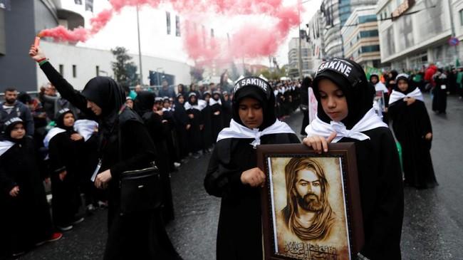 Penganut Syiah di belahan penjuru negeri merayakan Asyura. Di Istanbul, Turki, masyarakat turun ke jalan meramaikan gelaran Asyura, 30 September 2017. (REUTERS/Murad Sezer)