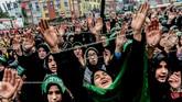 Hari Asyura adalah hari ke-10 pada bulan Muharram dalam kalender Islam. Hari Asyura diperingati sebagai hari berkabung atas meninggalnya Husain bin Ali, cucu dari Nabi Muhammad pada Pertempuran Karbala tahun 61 Hijriah (680). (AFP PHOTO / YASIN AKGUL)