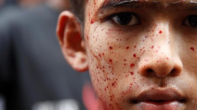 Di Yangon, Myanmar, penganut Syiah menyiksa diri selama peringatan Asyura. Hari Asyura diperingati sebagai hari berkabung atas meninggalnya Husain bin Ali, cucu dari Nabi Muhammad pada Pertempuran Karbala tahun 61 Hijriah (680). (REUTERS/Soe Zeya Tun)