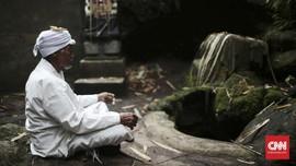 FOTO: Jro Mangku Dharma Sang Penjaga Gunung Agung