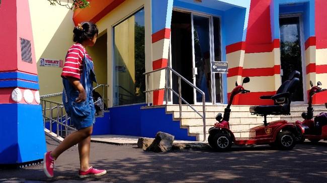 Warna adalah satu elemen penting dan menjadi daya tarik visual dalam foto. Juan merangkum warna primer merah dan biru tembok beserta pengunjung yang mengenakan baju bergaris merah dan biru yang melintas. Ia berusaha menerapkan polakesamaan dalam street photography. (Dok. Juan Girsang)