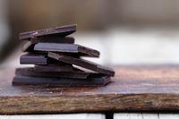 Dark chocolate kaya akan kandungan flavonoid, sejenis antioksidan yang membantu melengkapi kulit dengan pertahanan kuat terhadap sinar ultraviolet penyebab kerutan. Tidak hanya itu, makan dark chocolate juga membuat bahagia karena membantu memperlancar hormon endorfin. Foto: Thinkstock