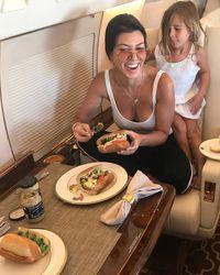 Tidak takut makanan sumber lemak ternyata jadi rahasia anggota Kardashian punya tubuh keren. Di dapur Kourtney, misalnya, ia biasa menyimpan susu murni dan keju tinggi lemak. Studi telah menunjukkan bahwa ketika orang mengurangi sumber lemak sehat, mereka cenderung lapar makanan tinggi karbohidrat dan gula. Foto: Instagram