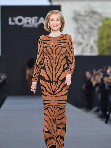 Usia 79, Jane Fonda Tampil Awet Muda dan Memukau di Paris Fashion Week