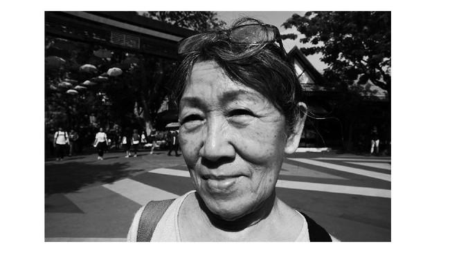 Street potrait merupakan salah satu pola atau teknis dalam street photography. Kelebihannya adalah merekam potrait orang anonim secara spontan tanpa adanya arahan dari pemotret. Atika mencoba mempraktekan materi workshop, memotret sedekat mungkin dengan obyek di Dunia Fantasi. (Dok. Atika Fauziyyah)