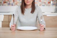 Ilmuwan di Universitas St. Louis menemukan bahwa mengurangi kalori bisa menurunkan produksi Triidothyronine (T3). T3 merupakan hormon tiroid yang memperlambat metabolisme. Para periset percaya bahwa tingkat Triidothyronine (T3) yang lebih rendah dapat memperlambat proses penuaan. Foto: Thinkstock