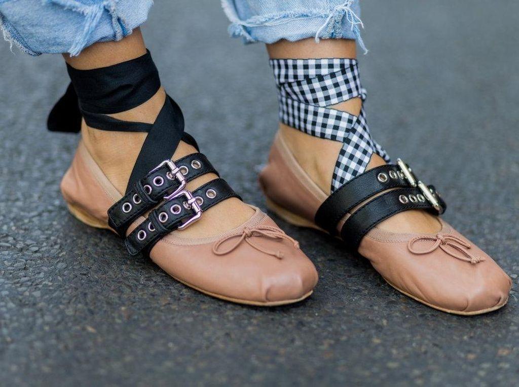 Foto: Pakai Sepatu Beda Kanan dan Kiri Jadi Tren Fashionista, Berani Coba?