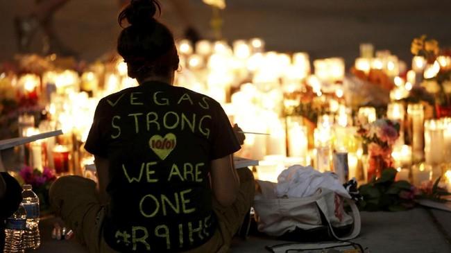 Semakin malam, jumlah lilin dan orang yang berkunjung kian banyak hingga kepolisian menyediakan tempat khusus untuk menaruh segala bentuk simpati tersebut. (Reuters/Chris Wattie)