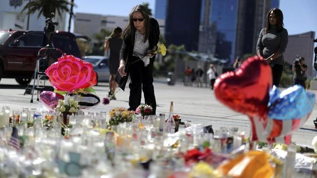 Beberapa hari setelah insiden penembakan yang menewaskan setidaknya 59 orang, warga masih saja berkumpul di sekitar lokasi kejadian. Mereka membawa bunga dan menyalakan lilin untuk mengenang para korban. (Reuters/Lucy Nicholson)