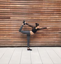 Setiap harinya Shanina Shaik selalu bangun pagi dan melakukan stretching dengan gerakan yoga sederhana selama 10 menit. (Foto: Instagram @shaninashaik)