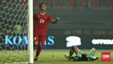 Septian David Maulana melepaskan tembakan silang yang bersarang di pojok kanan gawang Kamboja. Gol ini kembali meruntuhkan semangat Kamboja setelah Indonesia unggul 3-1. (CNN Indonesia/Adhi Wicaksono)
