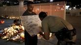 Beberapa polisi bahkan ikut mengisi lembar doa yang digalang oleh sejumlah kelompok masyarakat. (Reuters/Chris Wattie)