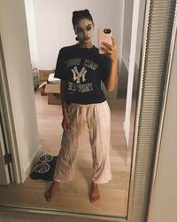 Tak lupa, ia pun merawat kecantikan wajahnya dengan mengaplikasikan masker lumpur. (Foto: Instagram @shaninashaik)