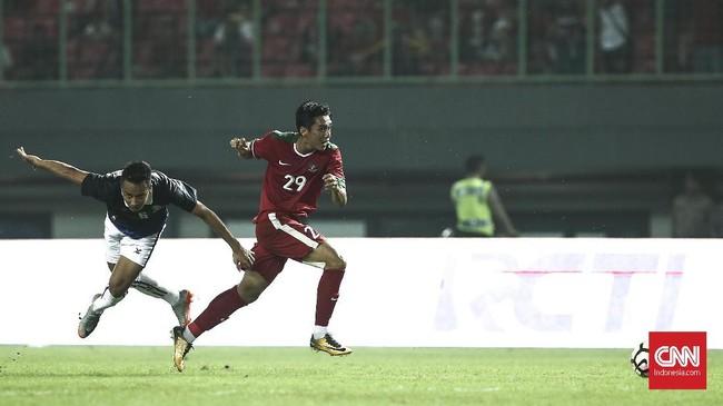 Sebelum Kamboja sempat memanfaatkan momentum gol tersebut, Septian David Maulana berhasil memberikan jawaban lewat aksi individunya ke jantung pertahanan Kamboja. (CNN Indonesia/Adhi Wicaksono)