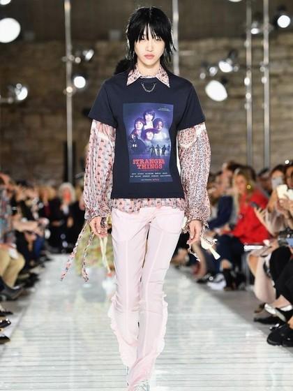 Louis Vuitton Desain T-shirt Stranger Things di Paris Fashion Week